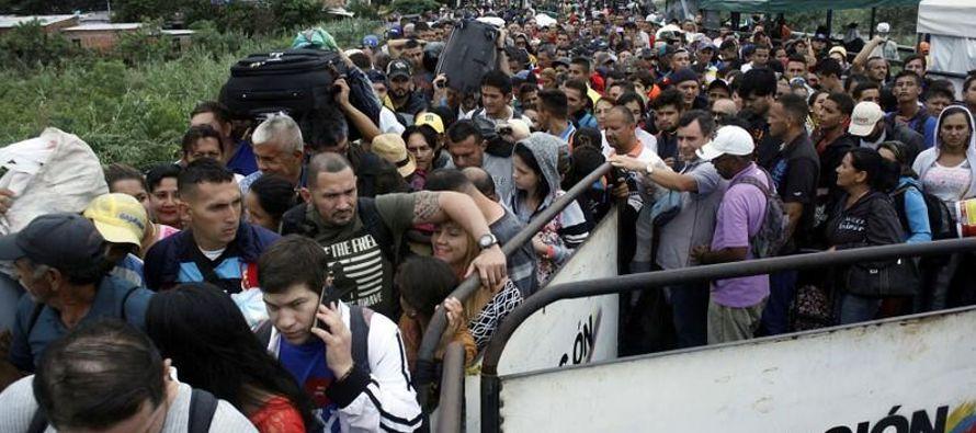 Aunque la mayoría de venezolanos regresa a su país, alrededor de 2,000 se quedan cada...