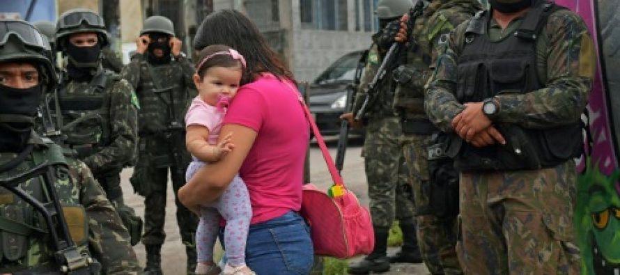En una plaza de la favela donde hay un mercado pequeño, un periodista de la AFP vio a unos...
