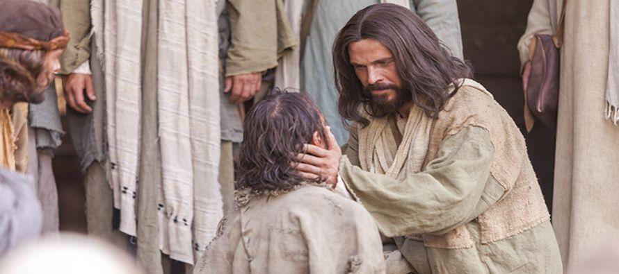 En aquel tiempo, Jesús estaba expulsando un demonio que era mudo; sucedió que, cuando...