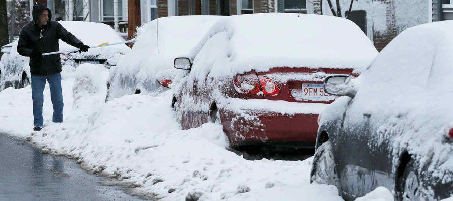 """""""Con los esfuerzos de remoción de nieve en marcha, se les pide a los automovilistas..."""