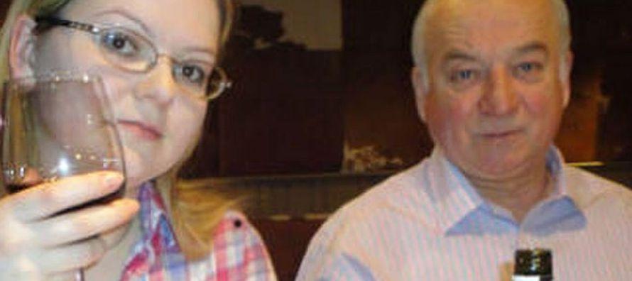 El exagente, de 66 años, y su hija, de 33, permanecen en estado crítico, aunque...