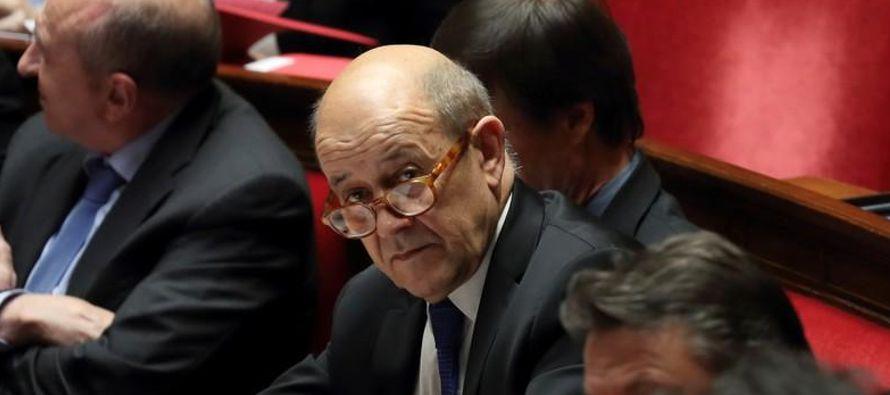 El ministro francés de Asuntos Exteriores, Jean-Yves Le Drian, asiste a las preguntas de la...