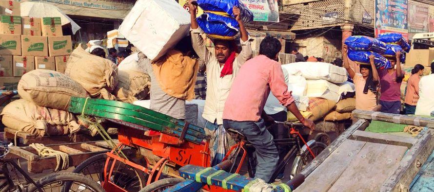 El precio del vehículo, que ronda las 100,000 rupias (unos 1,500 dólares), puede...
