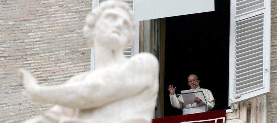 """El papa Francisco expresó el domingo que está """"profundamente preocupado""""..."""