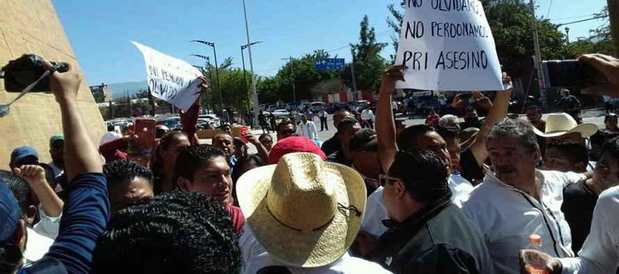 Este sábado se produjo un choque entre maestros de la CNTE y militantes del PRI, cuando los...