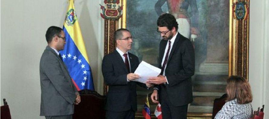 La nota de protesta fue entregada por el viceministro para América del Norte, Samuel...