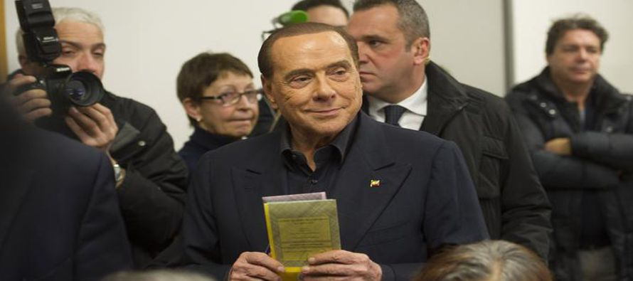 "El ex primer ministro italiano Silvio Berlusconi califica de ""absurda"" la sentencia de un..."