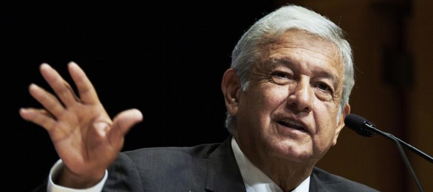 A López Obrador, segundo en el orden, se le veía concentrado, lejano al candidato de...