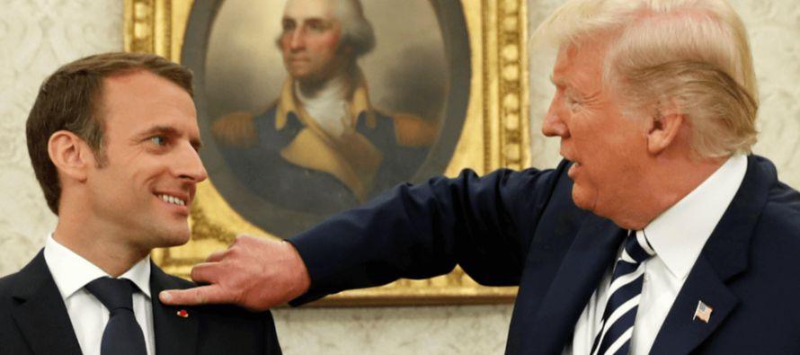 Trump le quita la caspa del hombro a Macron en un extraño gesto de amistad