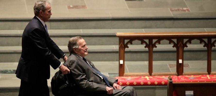 El ex presidente George H.W. Bush se recuperaba el martes de una infección sanguínea...