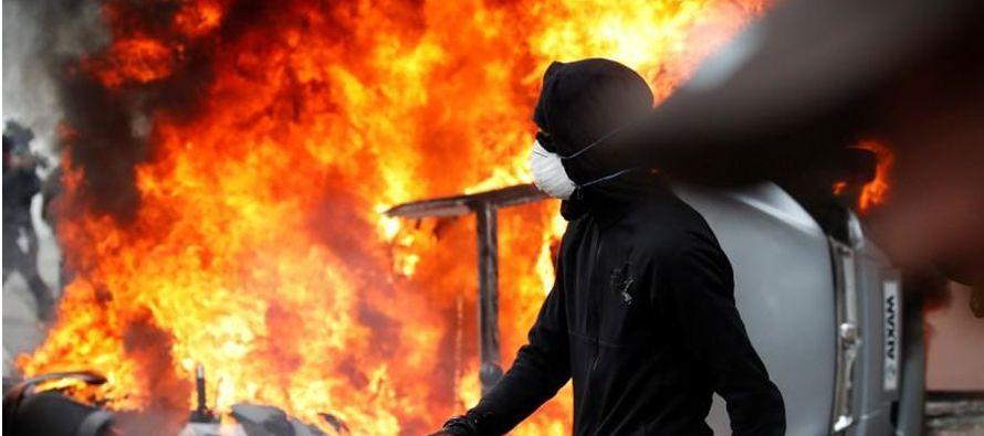 Las autoridades francesas dijeron que unos 1,200 manifestantes encapuchados y enmascarados vestidos...