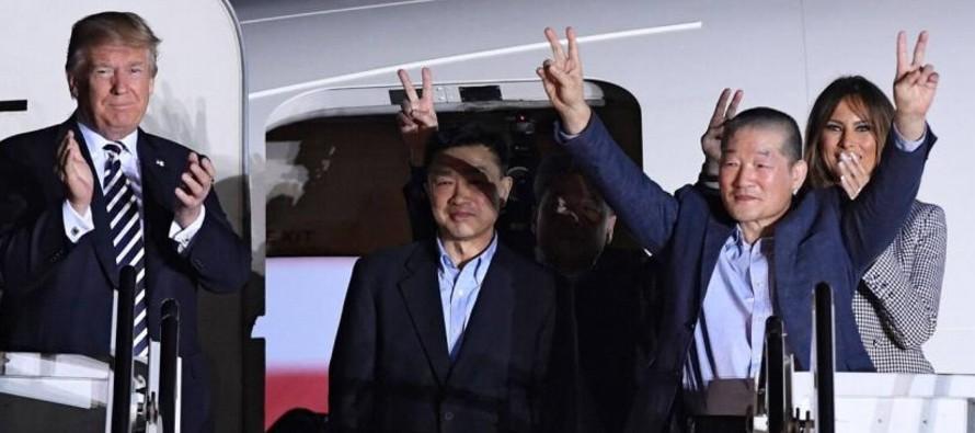 Los tres estadounidenses salieron este miércoles de Pyongyang a bordo del avión del...
