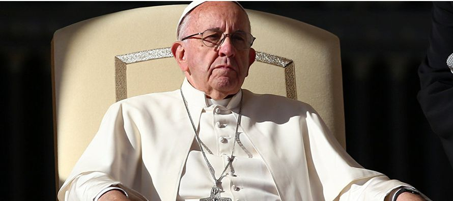 El papa, que hizo obispo a Barros, le defendió públicamente en varias ocasiones,...