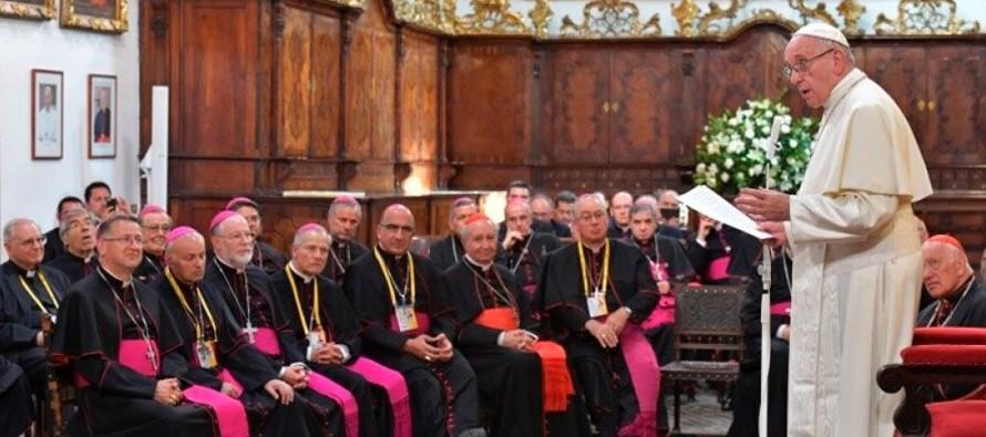 El secretario general de la Conferencia Episcopal de Chile, el obispo Fernando Ramos Pérez,...