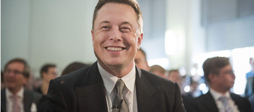 """Elon Musk dijo en un correo electrónico que estaba """"aplanando la estructura de..."""
