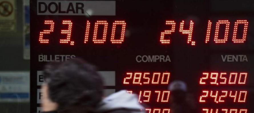 El dólar, refugio preferido de los argentinos para ahorrar por la desconfianza en la moneda...