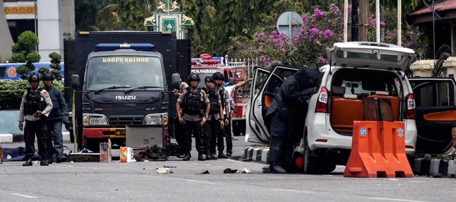 Los asaltantes estrellaron un automóvil contra la barrera del recinto policial en la ciudad...
