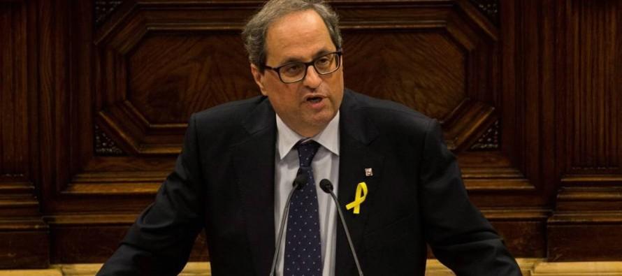 En presencia del presidente del Parlamento regional, Roger Torrent (ERC, izquierda...
