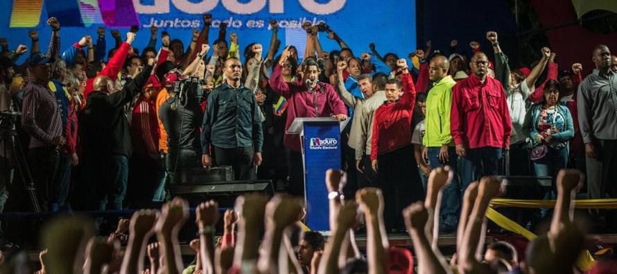 Los funcionarios del Consejo Nacional Electoral (CNE) declararon a Maduro como el ganador la noche...