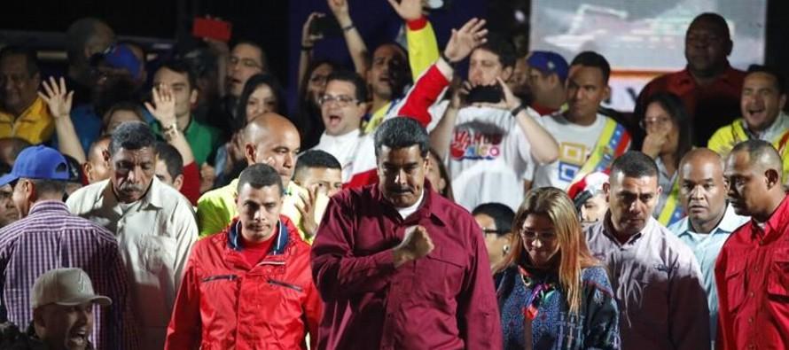 Desde la oposición acusan a Maduro de violar los derechos humanos, de no permitir la libre...