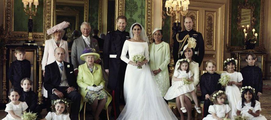 Una segunda imagen muestra al duque y la duquesa de Sussex, como ahora se les conoce, solo con los...