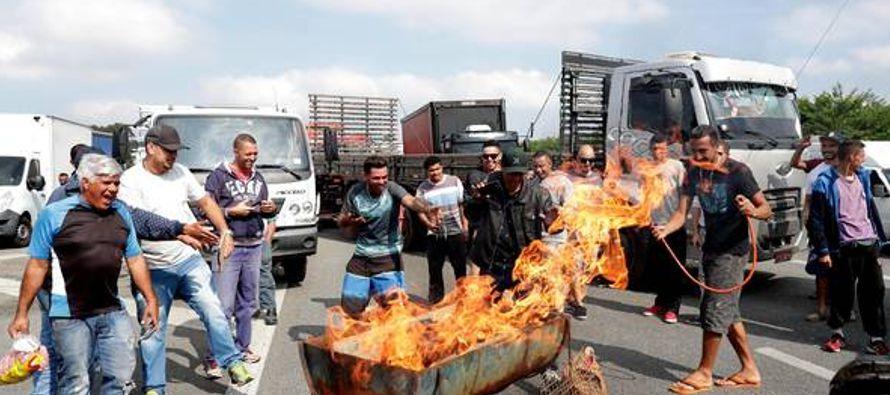 Los camioneros, que hoy bloquearon rutas en al menos 24 de los 27 estados brasileños, exigen...