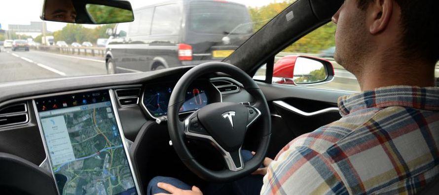 Un auto Tesla que iba en modo Autopilot chocó contra un vehículo policial en el sur...