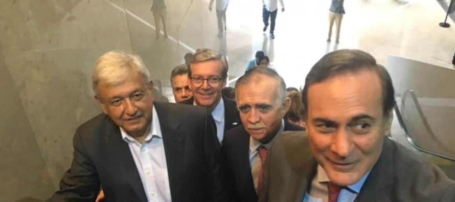 El aspirante de la alianza entre el Movimiento de Regeneración Nacional (Morena, izquierda)...