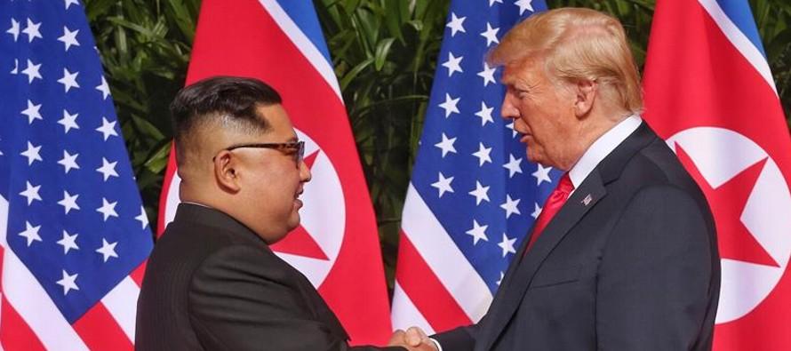 Después de tres horas y media de reuniones, Trump y Kim salieron de la sala donde almorzaron...