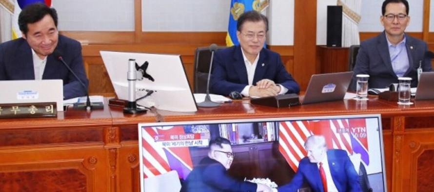 Moon y el resto de su Gabinete retrasaron 10 minutos el inicio del Consejo de Ministros para ver en...