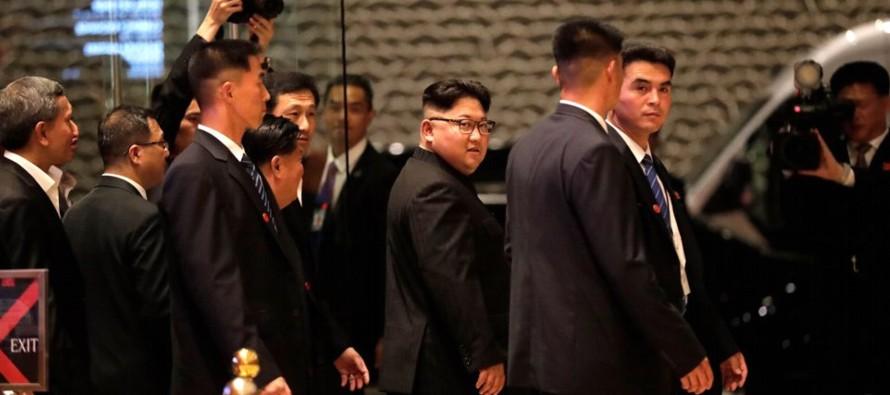 La comitiva de Kim se dirigió al aeropuerto singapurense de Changi poco después de...