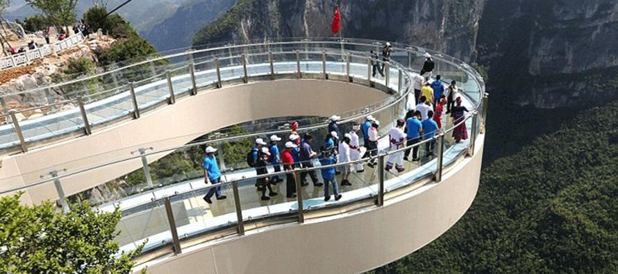 China abre el puente de cristal con forma de herradura más largo del mundo