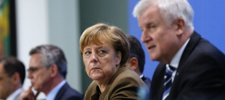 En esta ocasión, al otro lado del conflicto Merkel tiene a su propio ministro de Interior,...