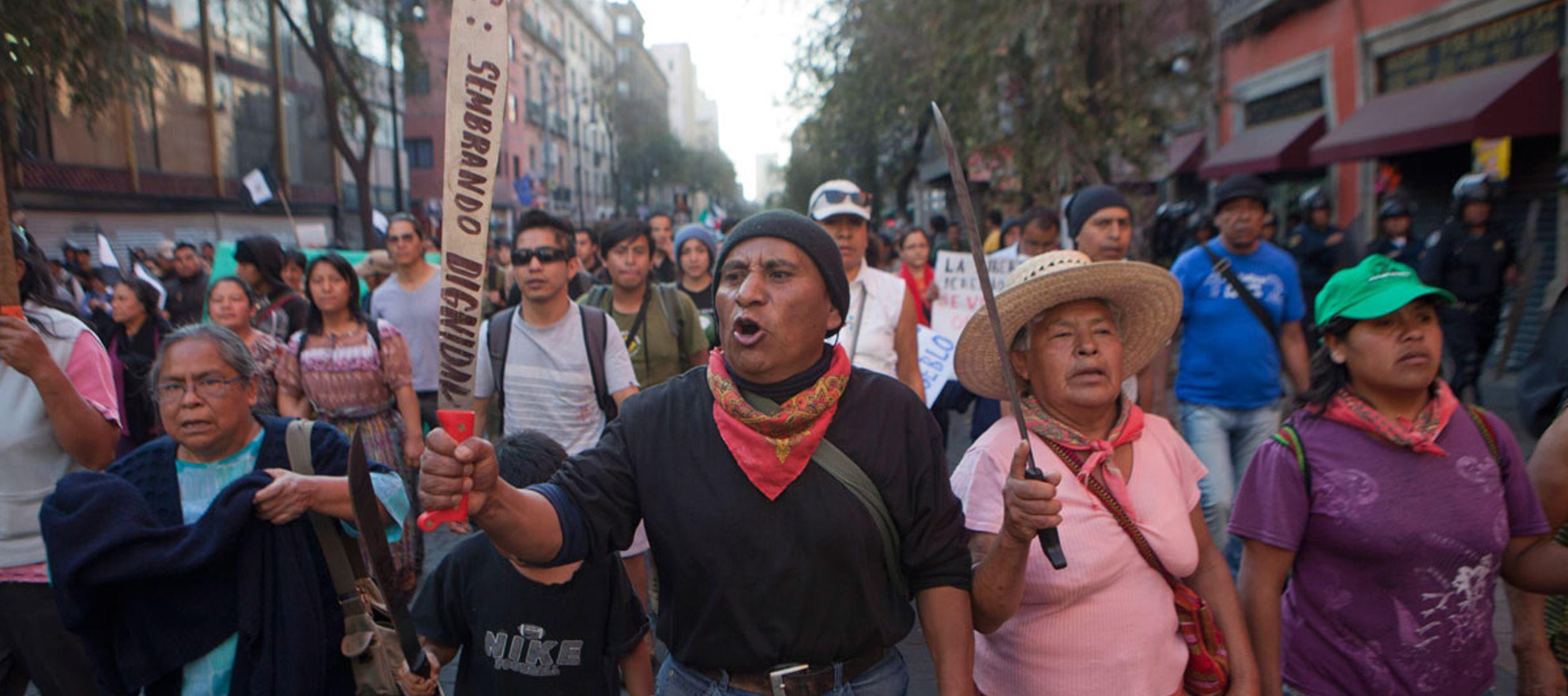 """""""¡Tierra sí, aviones no!"""", expresaron los manifestantes en su mayoría..."""