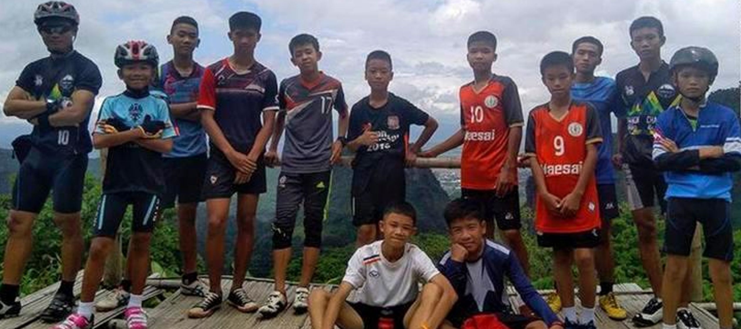 Trece buzos extranjeros y cinco del equipo SEALS de la Armada tailandesa guiaron a los niños...