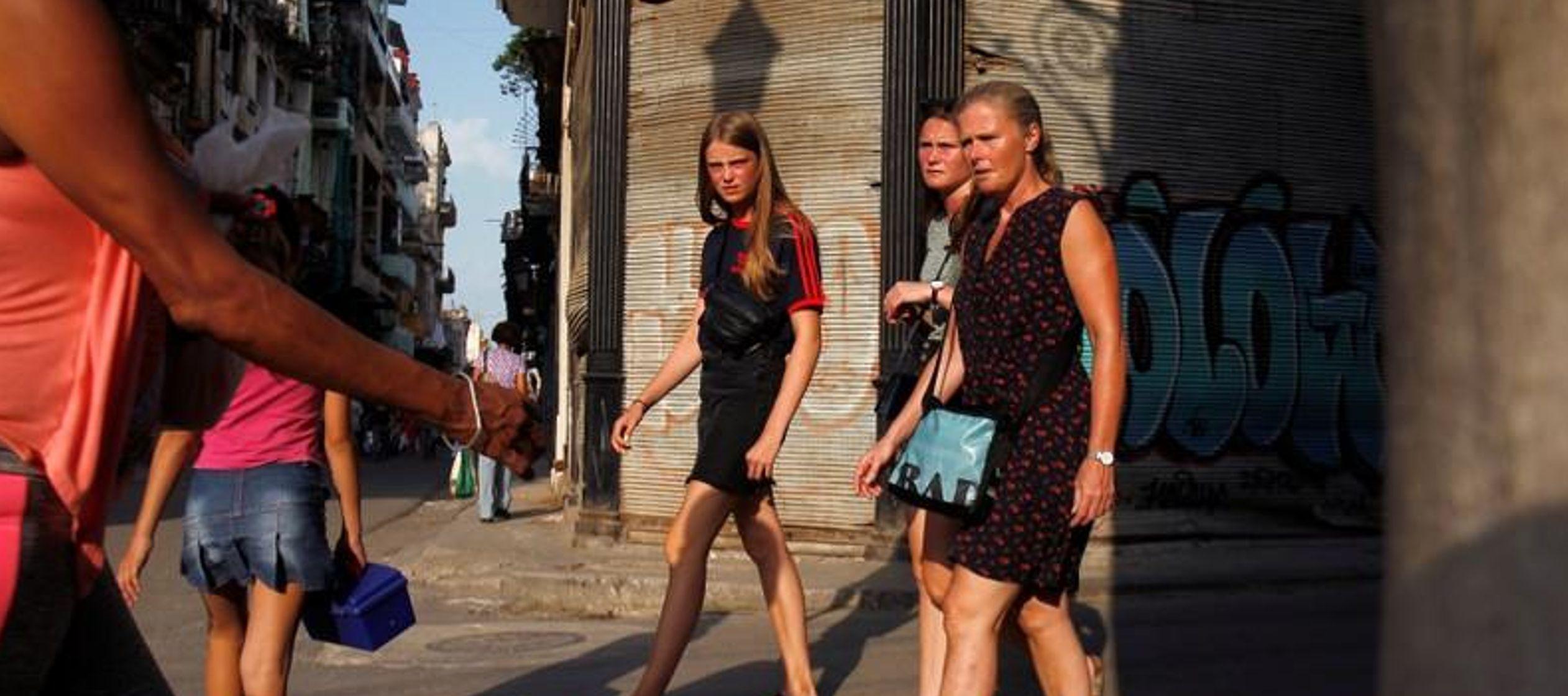La caída en ingresos del turismo es lamentable para el Gobierno cubano, que está...