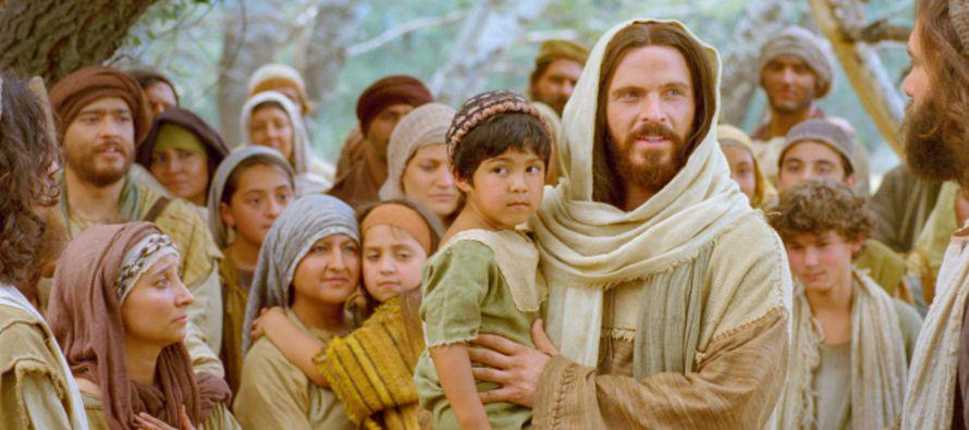«Todo me ha sido entregado por mi Padre, y nadie conoce bien al Hijo sino el Padre, ni al...