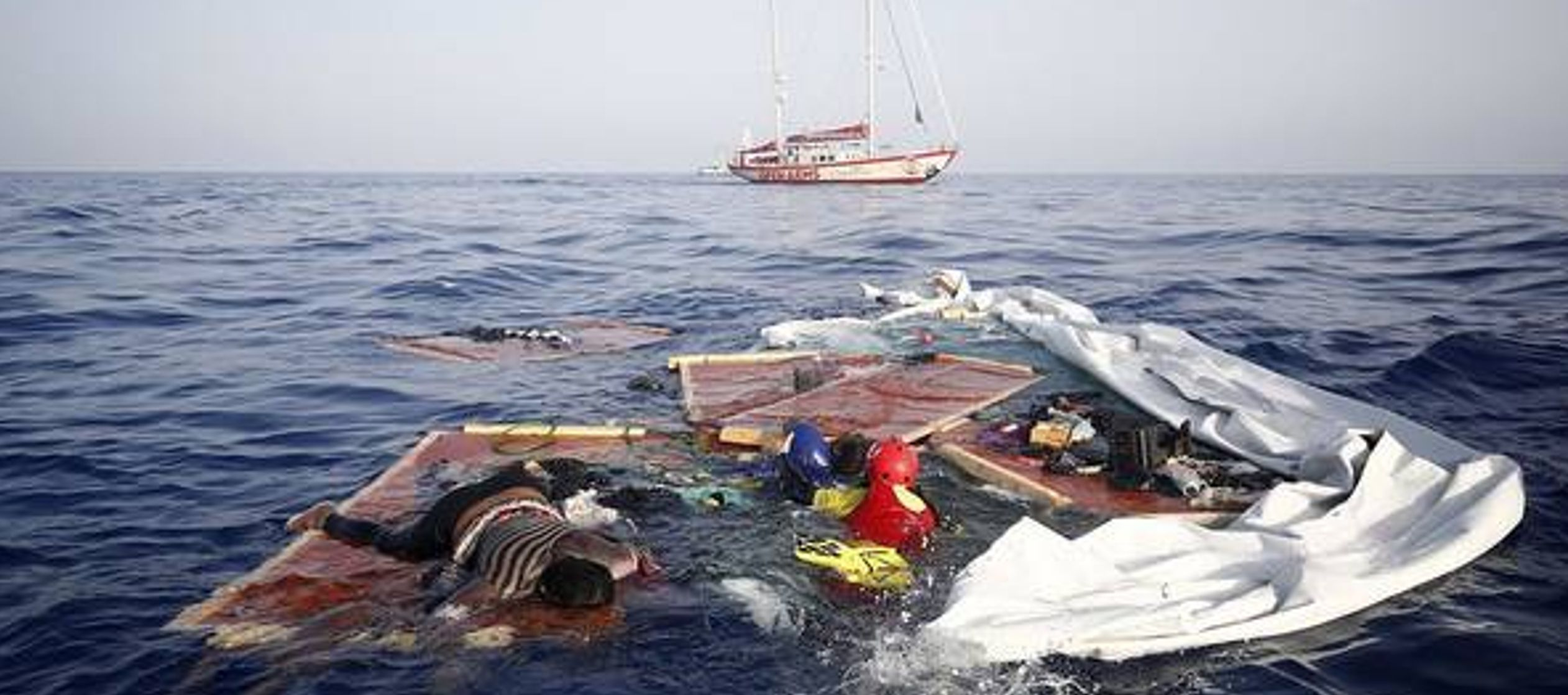 Al menos 19 cuerpos fueron recuperados en el mar, mientras que entrada la noche las operaciones de...
