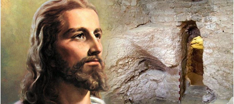 «Y les mandó enérgicamente que no le descubrieran; para que se cumpliera el...