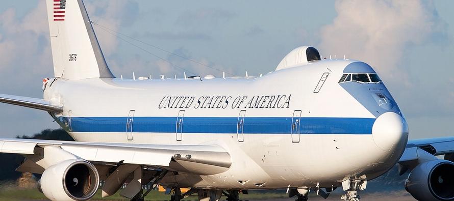 El E-4B cuenta en su interior con una sala de mando, en la que una treintena de militares opera...