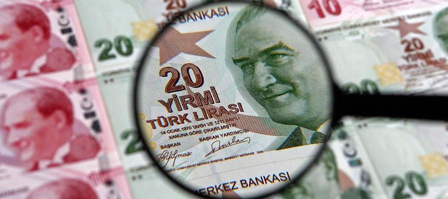 Hacia las 14.30 GMT, la moneda turca cotizaba a 6,14 unidades por dólar, un 5,3 % menos que...