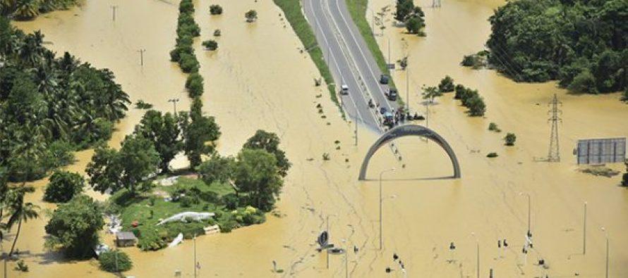 Los equipos de rescate trabajan contrarreloj para evacuar a las últimas personas que...
