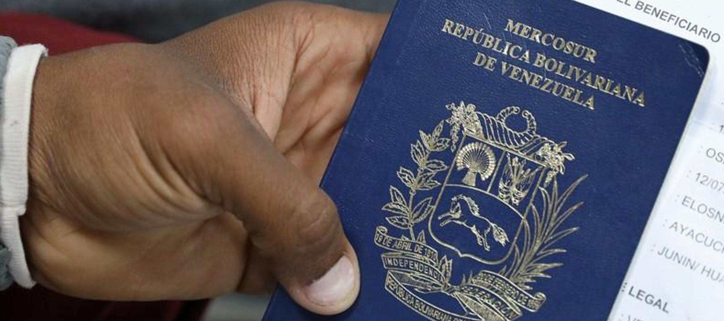 Algunos venezolanos aceleran planes para abandonar el país, alarmados por nuevas medidas de Maduro