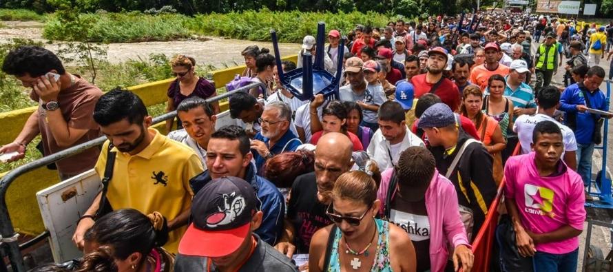 Estos organismos dijeron que se calcula que 2,3 millones de venezolanos están viviendo fuera...