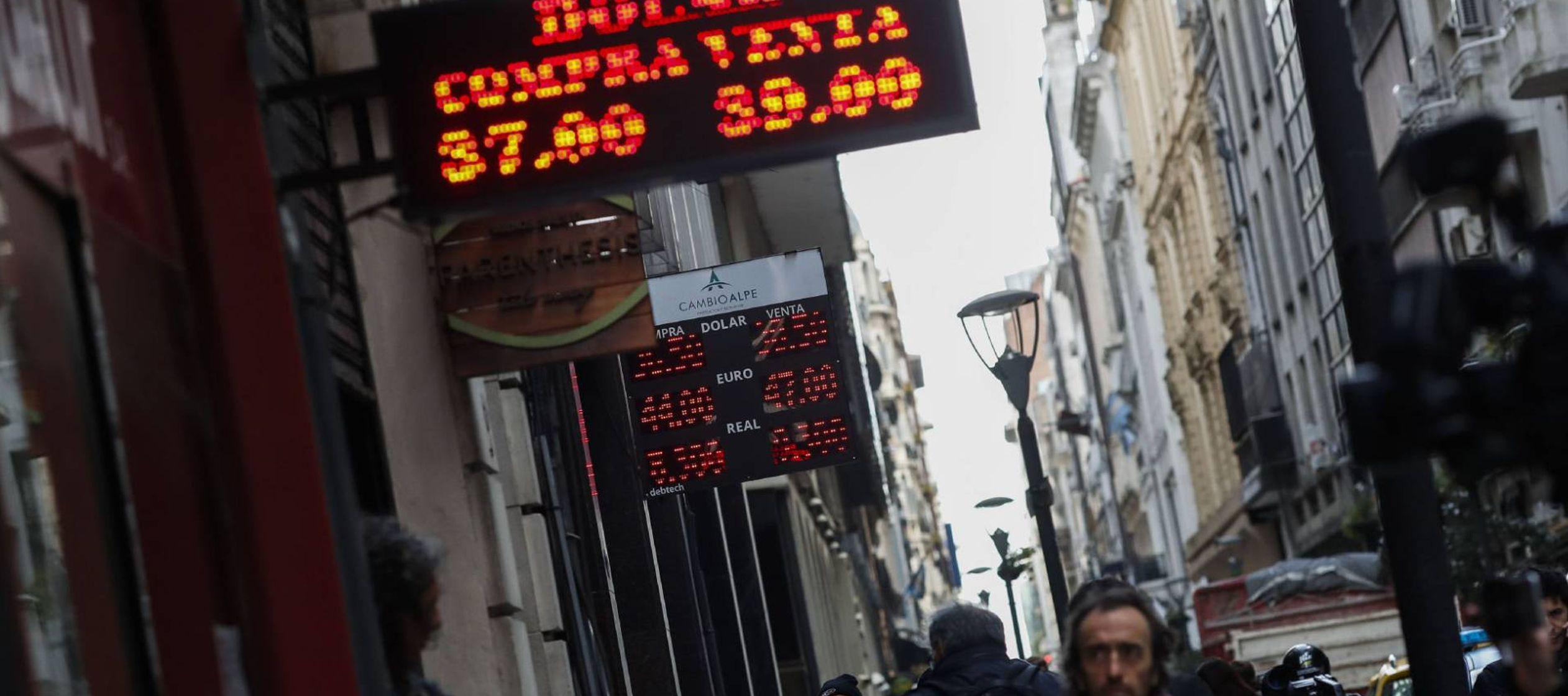 Al desplome de la lira turca se une ahora la inestabilidad de la divisa argentina