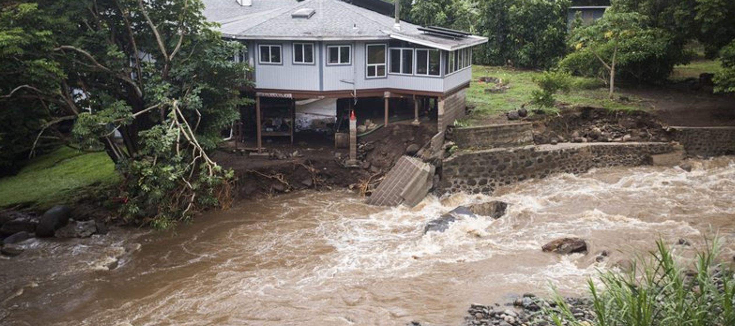 El nivel del agua en la presa Nuuanu #1 se encuentra medio metro (1,5 pies) por debajo del...