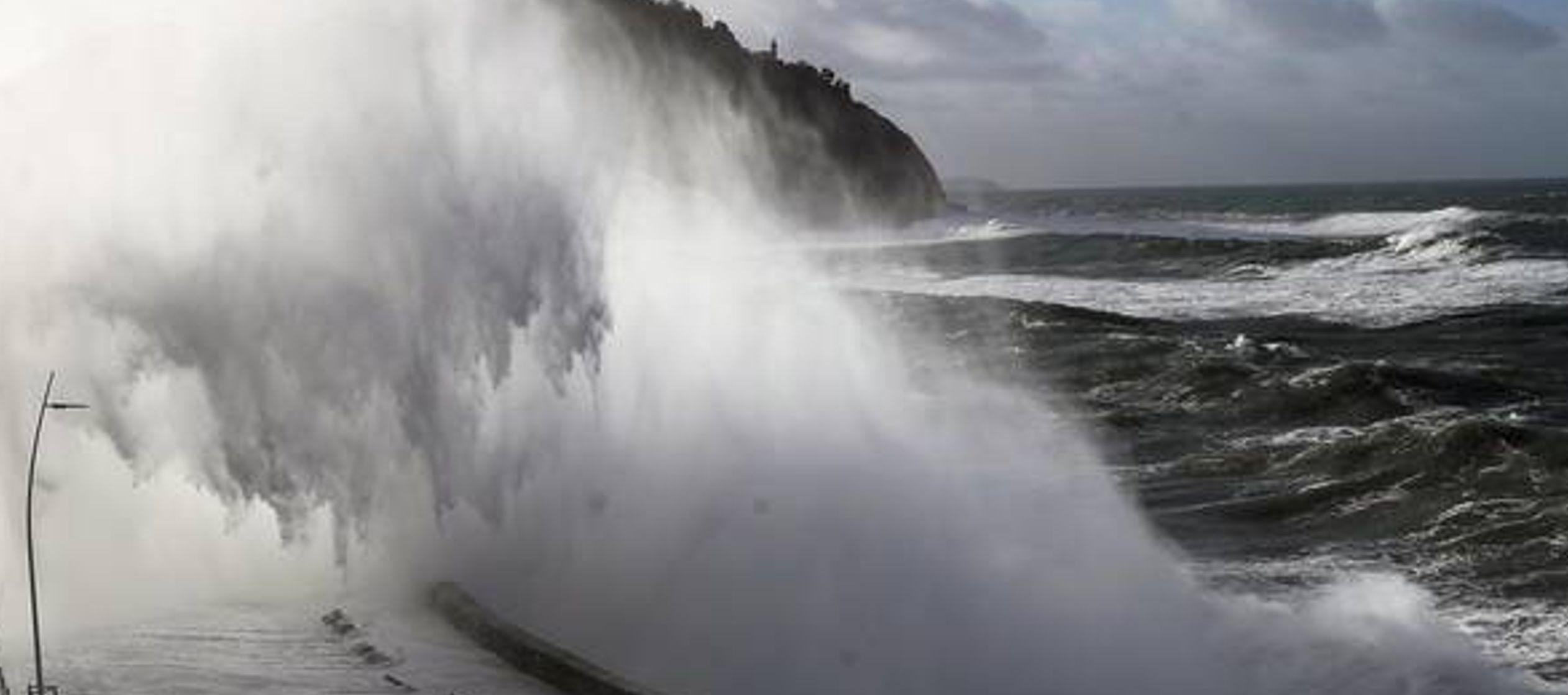 Florence se debilitó el miércoles a categoría 2, lo que le dio un respiro a...