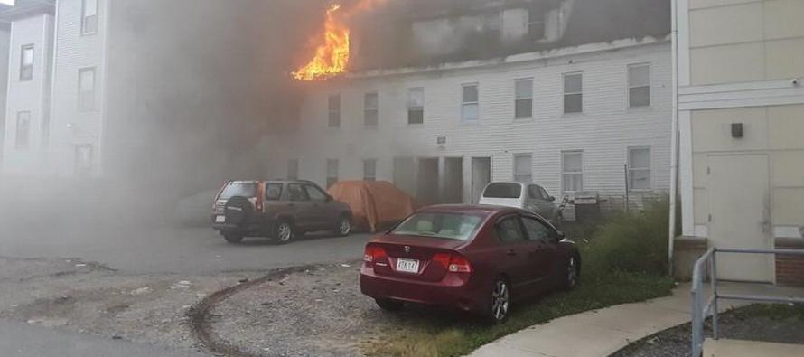 Las explosiones dejaron decenas de casas y otros edificios destruidos o envueltos en llamas...