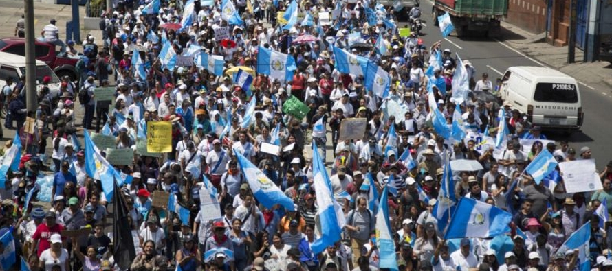 Miles de personas tomaron las calles de la capital y algunas plazas y carreteras del interior...