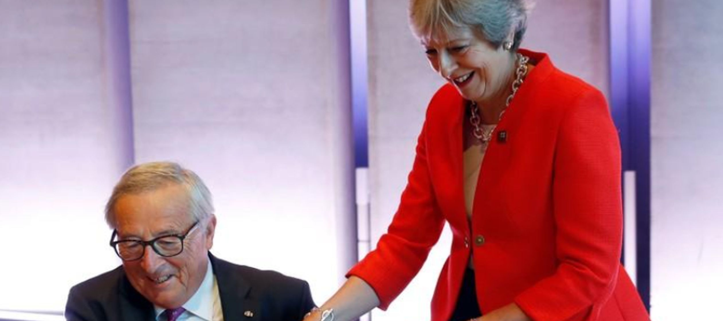 Sin embargo, tanto May como la canciller alemana, Angela Merkel, son de las que insisten en que...